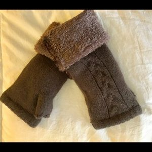 Fingerless gloves with lining.